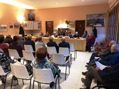 Teresa Miralles, presidenta del Casal d'Avis, intervenint en un moment de l'assemblea