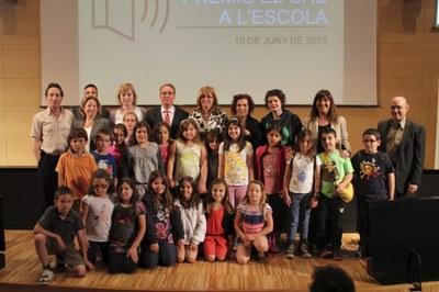 Alumnes i mestres de l'escola amb la consellera Rigau