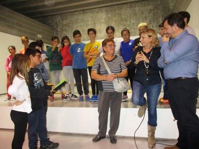 Anna Maria Verge, vídua de Rossend Montané, amb la directora de l'escola, Àngels Urgell, i el pare autor de la música, Cisco Barrero