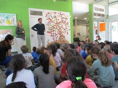 L'escola Rossend Montané lliura a l'Ajuntament d'Olèrdola els aliments recaptats en la seva fira solidària