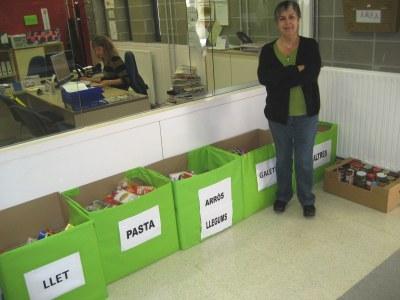 La directora de l'escola, Àngels Agramunt, mostra els aliments recollits fins ara