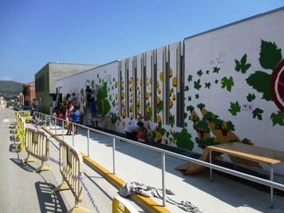 Un moment de l'elaboració del mural, divendres a la tarda