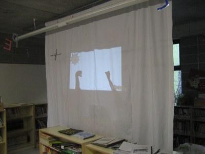 """La biblioteca de l'escola Rossend Montané s'omple per seguir """"L'aneguet lleig"""" amb ombres xineses"""