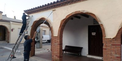La brigada de l'Ajuntament d'Olèrdola realitza treballs d'adequació del Casal d'Avis de Moja