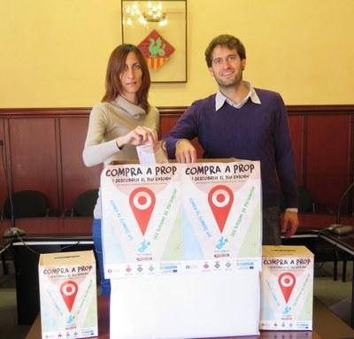 Arantxa Torres, regidora de promoció econòmica; i l'alcalde d'Olèrdola, Lucas Ramírez, durant el sorteig
