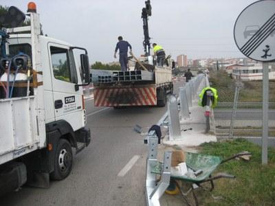 Instal·lació de nous elements de protecció al pont de l'autopista