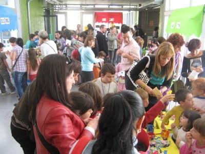 La Fira de Manualitats Solidària de l'escola Rossend Montané supera les previsions més optimistes