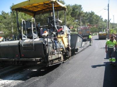 Ara s'està asfaltant el carrer Canyelles