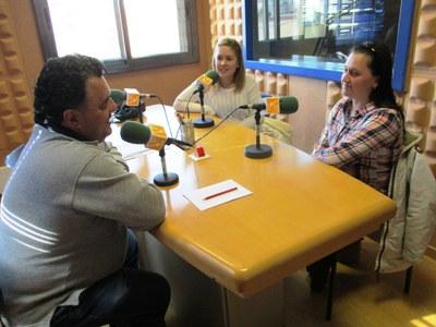 """Aida Rivas i Estíbaliz Leal amb Armand Beneyto, enregistrant el programa """"El Balcó de les entitats"""""""