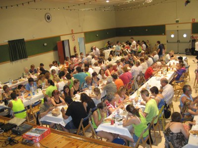 La paella popular, a l'interior de la sala de la Societat