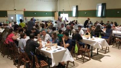 La paella popular de la Trobada de Sant Pere Molanta reuneix a 120 persones