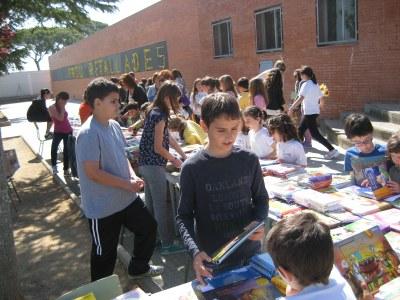 La parada de llibres i roses a l'escola Circell trasllada al carrer l'ambient festiu de Sant Jordi