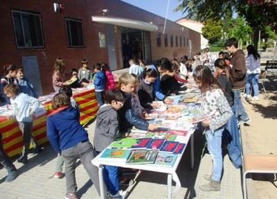 La parada de llibres i roses a l'escola Circell ha portat l'ambient de Sant Jordi a Moja