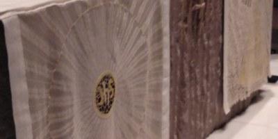 La professora de l'escola de Puntaires d'Olèrdola, Enriqueta Mata, és una de les autores de les estovalles de l'altar major de la Sagrada Família