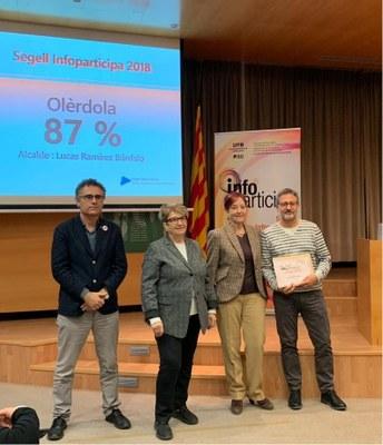 El regidor de TIC, Xavier Serramià, amb el diploma que certifica l'obtenció del Segell InfoParticipa