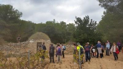 La vista per les barraques de pedra seca d'Olèrdola compta amb 40 participants