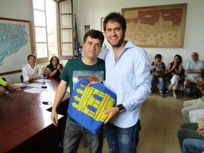 Lucas Ramírez rebia de l'alcalde sortint, Josep Tort, la bandera del municipi