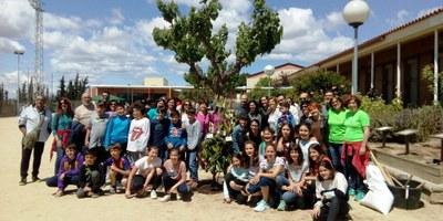 """Més d'un centenar de persones s'han implicat en la jornada de treball comunitari """"Fem pati"""", aquest diumenge a l'escola Circell de Moja"""