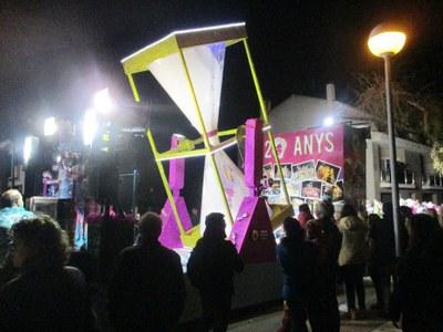 Moja s'omplia com mai dissabte a la nit amb una multitudinària Rua de Carnaval