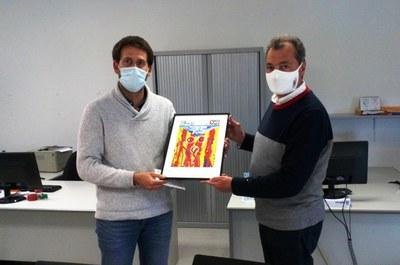 Lucas Ramírez, alcalde d'Olèrdola, rebia de mans del president del Club Ciclista Catalunya-Bcn, Josep Beltran, una litografia commemorativa del 75è aniversari del club