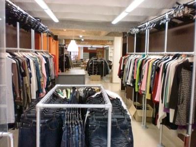 A les botigues arriben menys d'un 5% de la roba deixada als contenidors