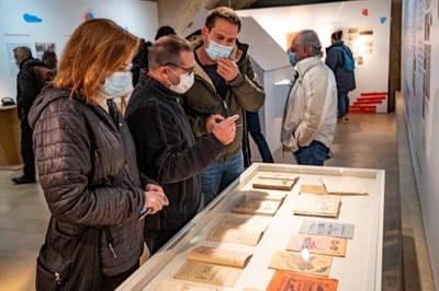 Albert Taulé, comissari de l'exposició, entre Imma Ferret, alcaldessa de Santa Margarida i els Monjos, i Lucas Ramírez, alcalde d'Olèrdola(foto: Sergi Bernal)