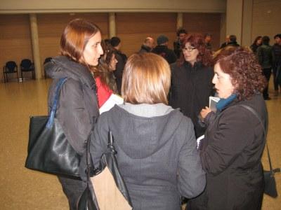 Arantxa Torres, regidora de cultura, atenent a entitats en acabar la reunió