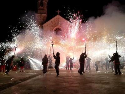 Prop de 140 diables ofereixen un espectacle excepcional amb el correfoc de les Festes de Sant Macari