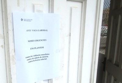 Cartell penjat a la porta del consultori mèdic de Moja
