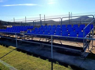 Renovats els seients de les graderies del camp de futbol de Sant Pere Molanta
