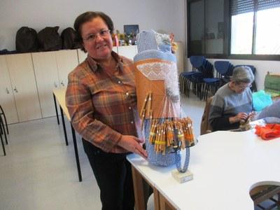 Rosa Montserrat, mostrant el mocador que elabora