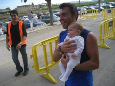 Sergi Bel, entrant a la línea d'arribada amb la seva filla
