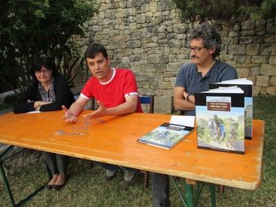 Núria Molist, Josep Tort i Oriol Garcia Quera, durant la presentació del còmic a la Trobada d'Olèrdola