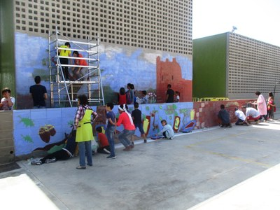 Treball comunitari de l'escola Rossend Montané per a completar un Ecomural al pati del centre