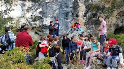 Una trentena de persones participaven en la visita a les coves de la Vall i als forns de calç