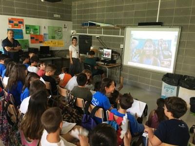"""Una videoconferència amb infants de l'Índia ha tancat el projecte solidari """"Escoles Somrients"""" a l'escola de Sant Pere Molanta"""
