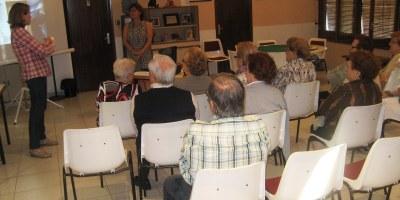 Una xerrada al Casal d'Avis de Moja difon consells per a estalviar en subministraments bàsics