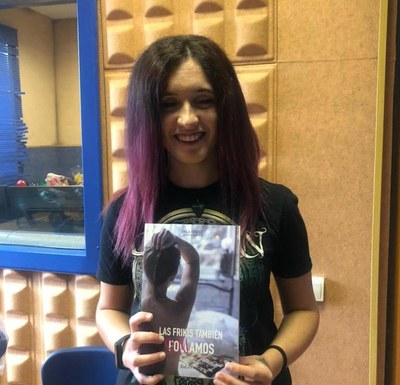 """Vicky Fernández, exalumna de l'escola Circell, ha publicat el llibre """"Las frikis también soñamos"""""""