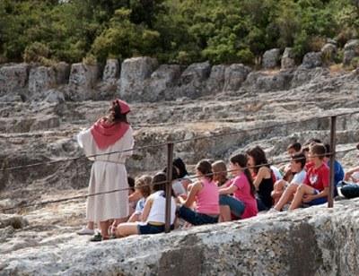 """Visita teatralitzada amb Guisla """"la Remeiera"""" i passejada guiada """"Una muntanya d'històries"""", aquest cap de setmana al Conjunt monumental d'Olèrdola"""