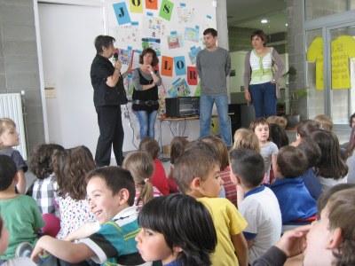 L'Ajuntament d'Olèrdola i la Fundació l'Espiga reben els aliments i taps de plàstic recollits en la Fira Solidària de l'escola Rossend Montané