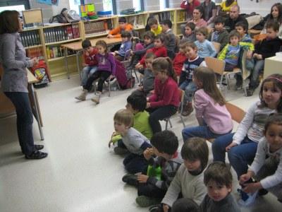 """La biblioteca de l'escola Rossend Montané s'ha omplert durant la seva primera """"Hora del conte"""""""